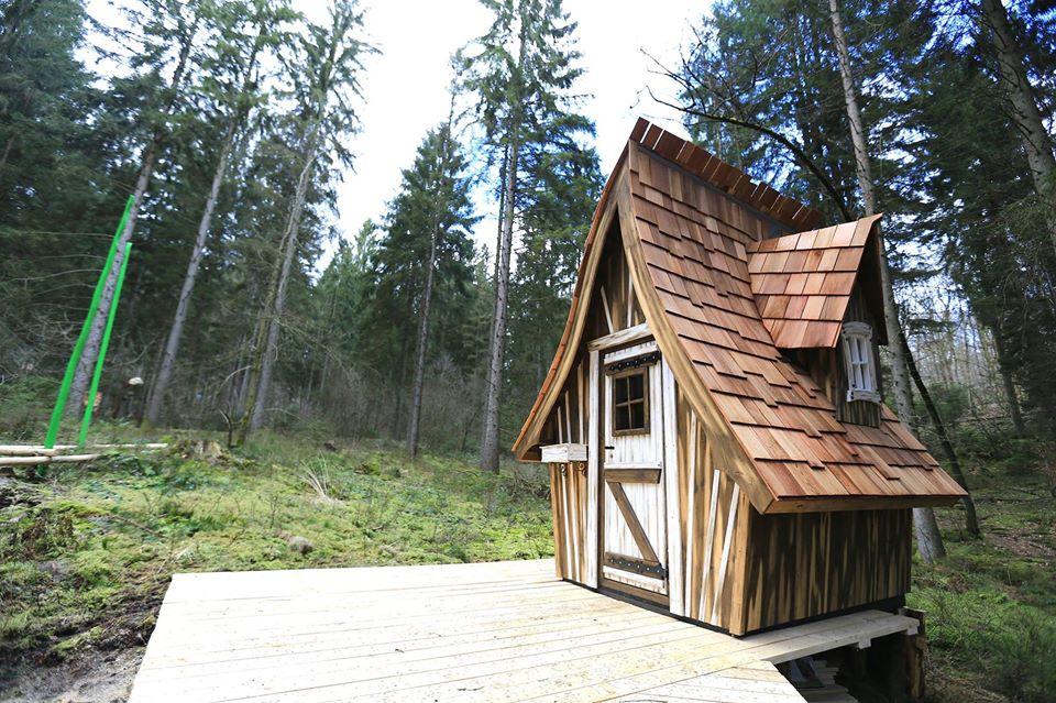 Cabane au sol réalisée par Yauque company pour le parc de loisirs à thème Elfypark