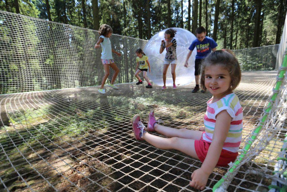 Photographie d'une cabane perchée réalisée par Yauque Company dans le parc de loisirs à thème Elfypark