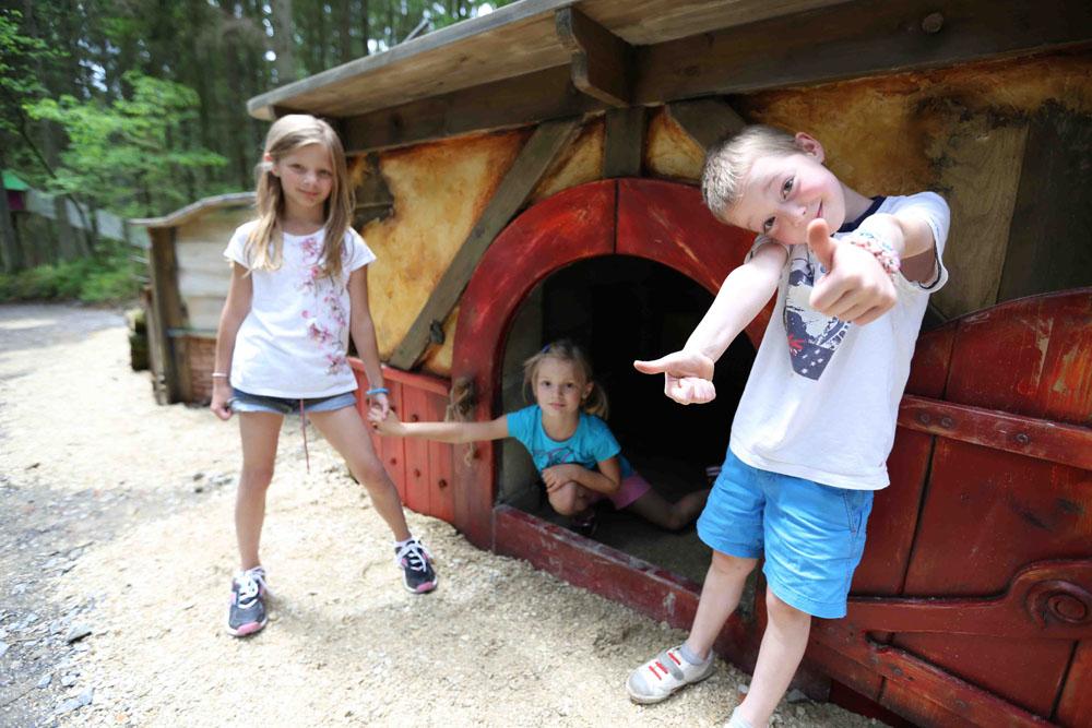 Photographie d'enfants jouants un monde souterrain prise à elfy park par Yauque Company