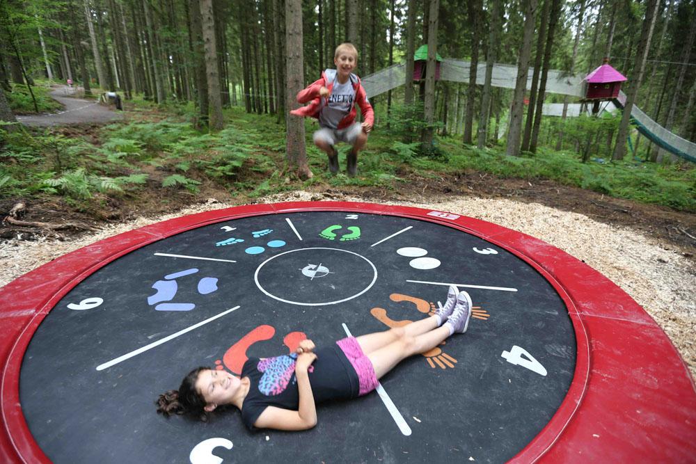 Photographie d'enfants jouants sur un trampoline prise à elfy park par Yauque Company