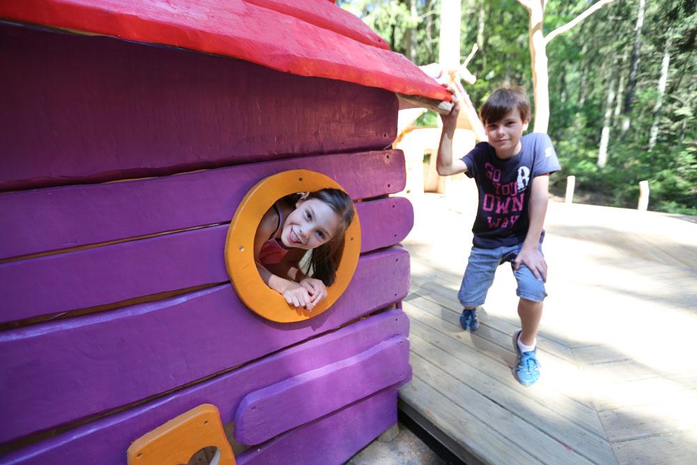 Photographie d'enfants jouants dans un village de lutins prise à elfy park par Yauque Company